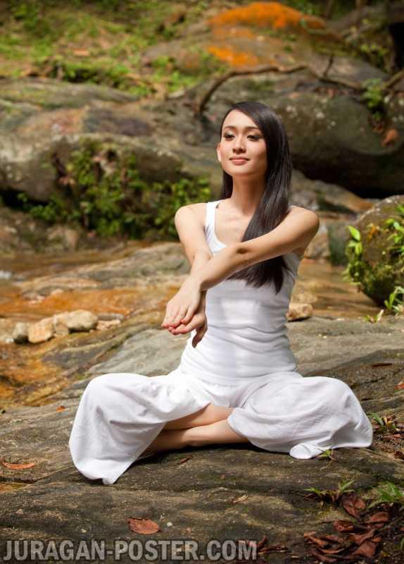 Beautiful Asian Lady Practicing Yoga Jual Poster Di