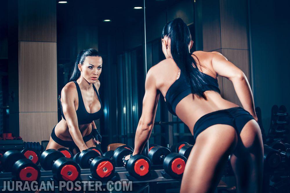 jual poster gambar wanita berlatih dengan alat pemberat