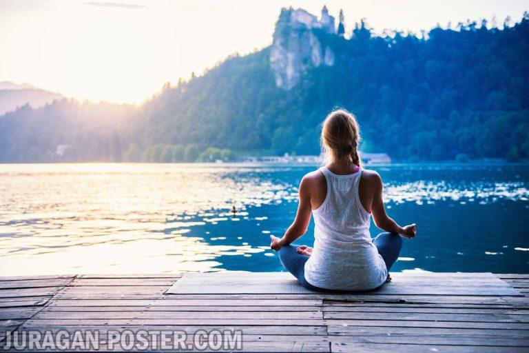 jual poster gambar wanita berlatih yoga di tepi danau