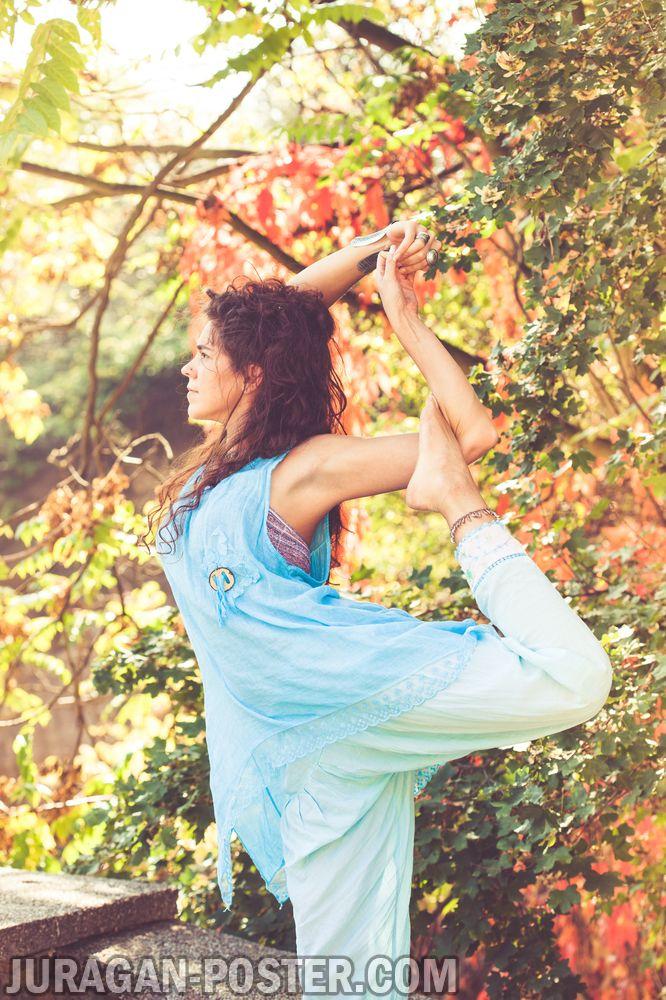 jual poster gambar wanita berlatih yoga di ruang terbuka